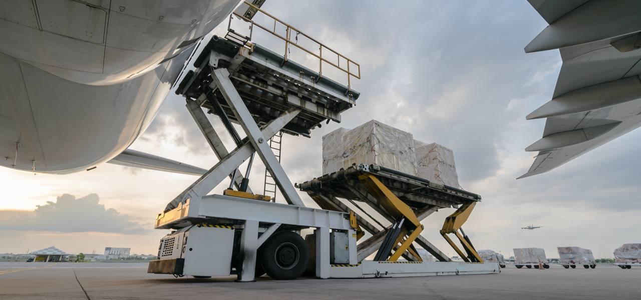 货物装载在空运货机上-ACS艾尔环球包机
